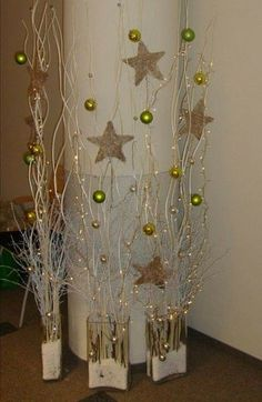 Dry branches are ideal for making beautiful Christmas arrangements without needing . Christmas Arrangements, Christmas Centerpieces, Xmas Decorations, Noel Christmas, All Things Christmas, Christmas Ornaments, Christmas 2017, Holiday Crafts, Holiday Decor