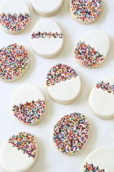 30 gorgeously bright Easter dessert recipes to celebrate spring like this Egg-Shaped Sprinkle Cookies recipe! 30 gorgeously bright Easter dessert recipes to celebrate spring like this Egg-Shaped Sprinkle Cookies recipe! No Egg Cookies, Sprinkle Cookies, Easter Cookies, Easter Treats, Cookies Et Biscuits, Sugar Cookies, Baking Cookies, Baking Biscuits, Fondant Cookies