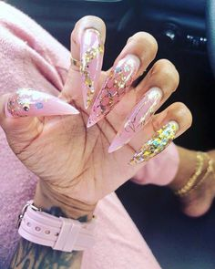 Prized by women to hide a mania or to add a touch of femininity, false nails can be dangerous if you use them incorrectly. Types of false nails Three types are mainly used. Love Nails, How To Do Nails, Pretty Nails, French Nails Glitter, Cute Acrylic Nails, White Nails, Girly, Nails On Fleek, Nail Inspo