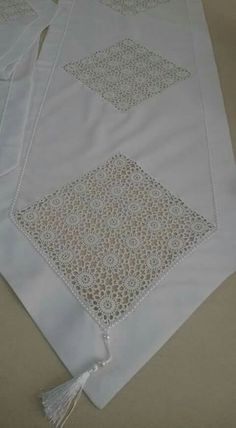 This Pin was discovered by HUZ Crochet Bedspread, Crochet Fabric, Diy Crochet, Crochet Lace Edging, Crochet Diagram, Filet Crochet, Crochet Designs, Crochet Patterns, Diy Cushion Covers