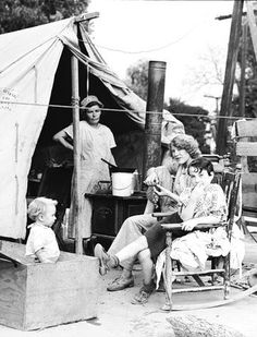 +~+~ Vintage Photograph ~+~+ Depression Era family living in a tent. The migrants of the Dust Bowl had no home to claim as their own in California, so they pitched tents along irrigation ditches or on the side of a road close to a spring of water. Vintage Pictures, Old Pictures, Old Photos, Great Depression, Depression Help, Tent Living, Dust Bowl, Family Tent, Fotografia