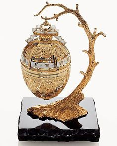 The 19 Most Beautiful Fabergé Eggs for a Dream Easter Basket Jewelry Tree, Gold Jewelry, Jewelery, Diamond Jewelry, Fabrege Eggs, Objets Antiques, Faberge Jewelry, Egg Art, Egg Decorating