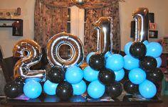 Centro de mesa con globos metalizados de números. #DecoracionGrados