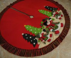 pie de arbol de navidad elegantes - Buscar con Google Diy Christmas Tree Skirt, Felt Christmas Ornaments, Christmas Sewing, Xmas Tree, Christmas Time, Christmas Stockings, Christmas Projects, Felt Crafts, Christmas Crafts