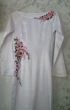 Embroidery On Kurtis, Hand Embroidery Dress, Kurti Embroidery Design, Simple Kurta Designs, Kurta Designs Women, Blouse Designs, Hand Painted Dress, Hand Painted Fabric, Fabric Painting