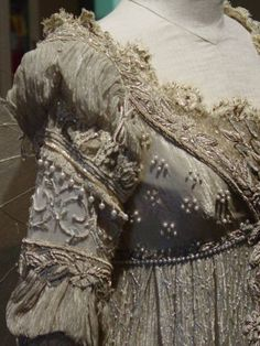 Ever After Costumes Medieval Clothing, Historical Clothing, Fantasy Costumes, Cosplay Costumes, Vintage Gowns, Vintage Outfits, 1800s Dresses, A Cinderella Story, Beautiful Mask