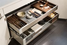 Storage solutions are ideal if you need to keep your kitchen organized. The Snaidero Passepartout is a line of storage ideas that include wood knife block, container inserts made of fabric or aluminum, wooden trays for utensils and wooden cutting board that fits perfectly in your drawer. Efficient storage ideas to maximize efficiency in the kitchen #SnaideroUSA