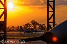 Fim do dia na Base Aérea de Anápolis, hora de recolher os F-5EM para os hangares...2014 - Foto: Roberto Valadares Caiafa — em Base Aerea De Anapolis
