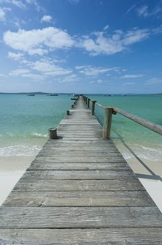 A long wooden Jetty at Churchhaven in de West Coast National Park disappears into de Turquoise waters of de Langebaan Lagoon_ Churchhaven, Western Cape_ South Africa