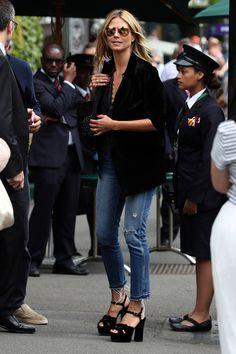 Topmodel und TV-Star Heidi Klum hat definitiv den Fashion-Dreh raus! Ihre Must-Haves: Ein toll geschnittener Blazer und eine trendige Jeans. Zusammen mit Knaller-Schuhen und einer coolen Sonnenbrille trifft jede Frau mit dieser Basic-Kombi modisch ins Schwarze. Wir zeigen dir, wie du den Look ganz einfach nachstylen kannst – auch ohne Modelmasse.