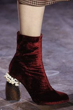Vogue.co.uk_Dries van Noten_Rood_Velours_Fluweel_Red_Boots_Pearls_Parels_Fall Winter 2016 2017_Herfst Winter_Schoenen_Shoes_Trends_FW16_AW16