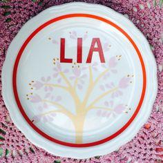 Prato em porcelana antigo com estampa exclusiva desenvolvida pelo Ateliê Batu.