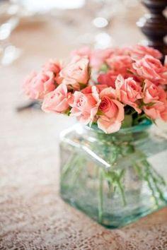 グリーンの瓶とコーラルピンクの薔薇の色合いがおしゃれ。