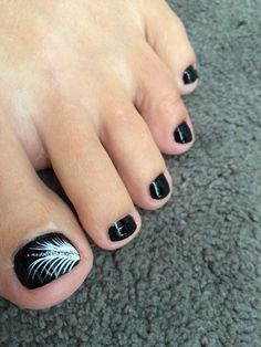 Black and white feather toenail design  http://www.lindaamanda.jamberrynails.net/