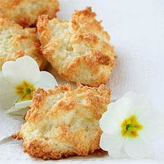 Coconut Macaroons 1 cooking spray 4 large egg whites, at room temperature Cup granular sugar substitute (sucralose) Teaspoon vanilla extract Teaspoon salt 2 Cups unsweetened shredded coconut No Carb Recipes, Atkins Recipes, Coconut Recipes, Cooking Recipes, Healthy Recipes, Atkins Desserts, Diabetic Recipes, Healthy Eats, Coconut Cookies