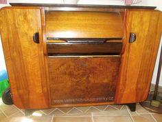 Skříňka podle návrhu arch. Jindřicha Halabaly, výroba UP závody, původně Hi-fi skříňka, gramofon odstraněn.