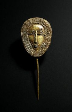 Pique en bronze, masque Africain (Clip on Bronze African Mask), Burkina Faso. Beautiful pin ornately mask shaped eyes half circles, rows of braids around the face African Jewelry, Tribal Jewelry, Jewelry Art, Jewellery, Tribal Hair, Art Tribal, Ancient Jewelry, Antique Jewelry, Brass Jewelry