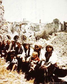 Castelforte, maggio 1944, donne e bambini fra le rovine del paese.   #TuscanyAgriturismoGiratola