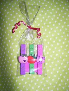 Pregadores de Madeira com e.v.a e decorado com frutinhas de plástico  embalado no saquinho.  este modelo é com variadas e frutinhas variadas. R$ 2,50