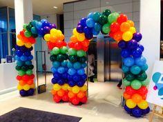 Regenboog ballonboog. Vrolijke kleuren. Gebracht voor een 50 jarig bestaan van een bedrijf in Amsterdam. Zo kom je sochtends iig vrolijk binnen! 😃 Arches, Amsterdam, Balloons, Birthday Parties, Party, Design, Birthday Celebrations, Bows, Globes