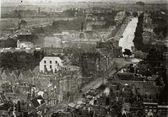 Op deze foto uit 1870 kijken we vanaf het huidige Haagse Veer in de richting van de Schiekade, voor de fijnproever, de foto is gemaakt vanaf de Grote Kerk.