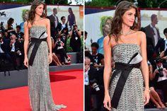La alfombra roja del Festival de Cine de Venecia Elisa Sednaoui optó por un vestido plateado de Armani Privé con un importante lazo en la cintura en negro y plata. Foto: AFP