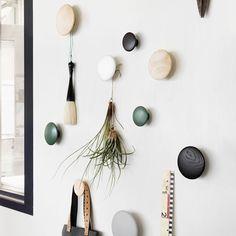 Patère The Dots M, ø 13 cm / midnight blue. Les designers norvégiens Atle Tveit et Lars Tornoe, tous deux diplômés de l'Académie Nationale des Arts de Bergen, ont crée en 2006…