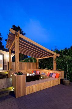pergola adossée en bois massif avec banquette intégrée, foyer extérieur et sol en teck massif