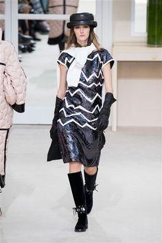 Chanel -Défilé Paris Automne-Hiver 2016-2017 Robe genoux paillettes motifs blancs
