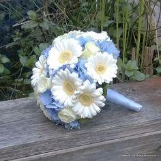bruidsboeket blauw wit rozen gerbera hortensia