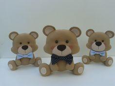 Ursinhos produzidos em feltro, para decoração do quarto, aniversário ou chá de bebê.    Podemos trocar as cores das gravatas ou mudar para opção ursinhas, aplicamos coroa também.      São três ursinhos sendo que um com 20cm e dois com 15 cm.