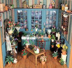 La passion des anglais pour le jardin... Cette miniature anglaise est en effet la maquette d'une pièce de jardinage où l'on peut mettre une table de rempotage, ainsi que tous les bons outils nécessaires à nos horticulteurs en herbe!