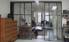 Geluidsdempende stalen schuifdeuren tussen keuken en woonkamer. Zie ook JipUtreg op FB