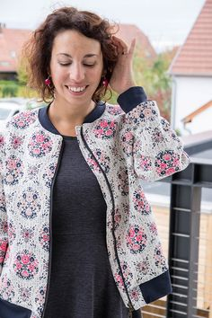 Couture : mon bomber en jacquard - Avril sur un fil Couture: meine Jacquard-Bomberjacke - Avril an einem Faden Sewing Online, Diy Kleidung, Blazers, Couture Sewing, Diy Clothes, Diy Fashion, Kimono Top, Dressing, How To Wear