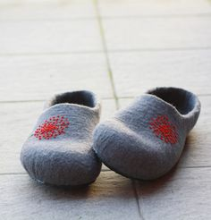 Women house shoes - felted wool slippers - Christmas gift - grey with red dandelion on Etsy, $65.00