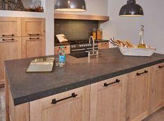 Houten keuken met sierlijke handgrepen