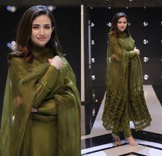 dresses to wear to a wedding suits celebrity Simple Pakistani Dresses, Pakistani Fashion Casual, Indian Fashion Dresses, Pakistani Dress Design, Indian Designer Outfits, Pakistani Outfits, Indian Outfits, Pakistani Bridal, Fashion Outfits