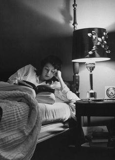 La solitude - Page 3 4f542a788675415fd628e984f0072242--reading-in-bed-woman-reading