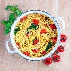 Лингвини с помидорами и базиликом, тальятелли с семгой и шпинатом, фузилли с панчеттой, помидорами и моцареллой: забудьте про сложносочиненные рецепты — настоящую итальянскую пасту можно приготовить всего за 20минут в одной кастрюле.
