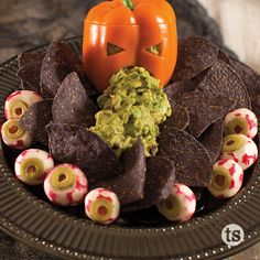 Halloween Guacamole Recipe │Cut out an orange pepper in the shape of a pumpkin and add in homemade guacamole to get a scary look! Add tortilla chips to the platter. Halloween Snacks, Halloween Food For Party, Easy Halloween, Halloween 2018, Halloween Costumes, Homemade Guacamole, Holiday Treats, Holiday Recipes