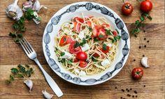 Tuoretomaattipasta – herkullinen ja helppo resepti! Caprese Salad, Food Inspiration, Love Food, Feta, Risotto, Spaghetti, Tasty, Pizza, Ethnic Recipes
