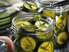 Marinierte Kräuterzucchini ist ein Rezept mit frischen Zutaten aus der Kategorie Einkochen. Probieren Sie dieses und weitere Rezepte von EAT SMARTER!