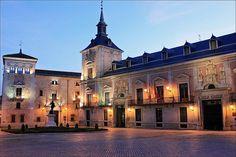 La Plaza de la Villa está situada en el casco histórico de Madrid (España), junto a la calle Mayor, que conforma su cara septentrional. En ella tienen su origen tres pequeñas calles, correspondientes al primitivo trazado medieval de la ciudad: la del Codo aparece por el este, la del Cordón por el sur y la de Madrid por el oeste.