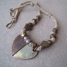 Collier art primitif africain mawindi fils de lin, bronze et pendentif coeur.