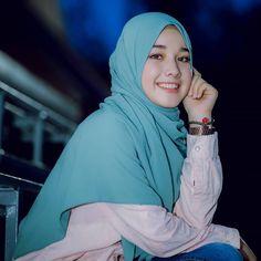 Setahunbaru: Smile in Love Modest Fashion Hijab, Hijab Chic, Muslim Fashion, Beautiful Hijab Girl, Beautiful Muslim Women, Hijabi Girl, Girl Hijab, Moslem, Muslim Beauty