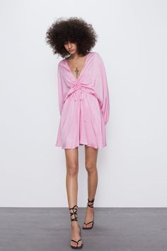 This season's key dresses at ZARA online. Choose an elegant or casual piece. Enter now and discover all the dresses of the new collection at ZARA. Cheap Summer Dresses, Spring Dresses, Short Dresses, Casual Dresses, Black Opaque Tights, Denim Midi Dress, Warm Weather Outfits, Blazer Fashion, Draped Dress