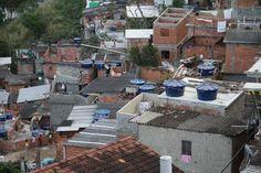 Desde la favela #SantaMarta se aprecian las dos caras de #RioJaneiro #Brasil #EnlaTierradelPapa #teleSUR (vía @rolandoteleSUR)