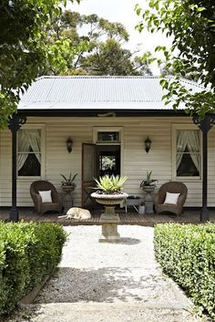 door& open, have a stroll through a classic Sassafras cottage - mind the dogs aawwgghh, I wanna live in the ranges too. Exterior Colors, Exterior Paint, Weatherboard Exterior, Melbourne, Sweet Home, Cottage Exterior, Australian Homes, Australian Architecture, Facade House