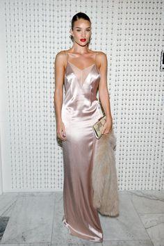 """Rosie Huntington-Whiteley im """"Slip-Dress meiner Träume"""" von Galvan London."""