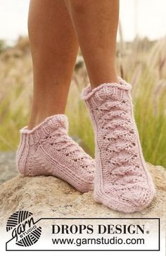 """One Time Dance - Knitted DROPS short sock with lace pattern in """"Nepal"""". - Free pattern by DROPS Design Lace Socks, Knitted Slippers, Crochet Slippers, Ankle Socks, Lace Knitting Patterns, Lace Patterns, Drops Design, Knitting Socks, Free Knitting"""